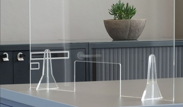 Günstiger, transparenter Plexiglas-Hygieneschutz - Größe M